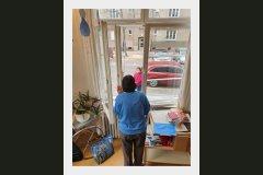 09-01-01_Nur vom Fenster aus sehen wir uns…_Dorotheè_Decker