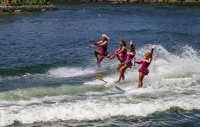 wasserskifahrende Frauen